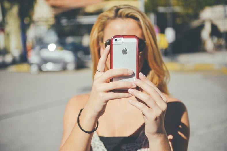 只要是為了蒐證所必須,在公開場合、拍攝過程當中並無惡意貶損對方人格等情形,予以錄音錄影,是不會侵害對方隱私權的。