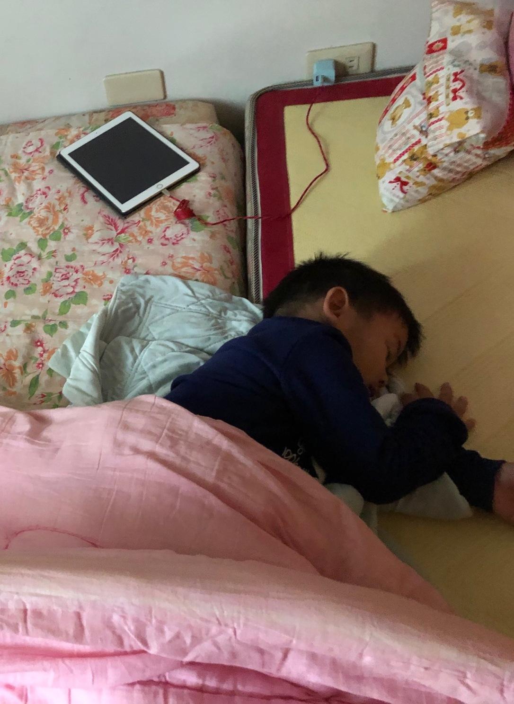 在阿祖家累到睡著
