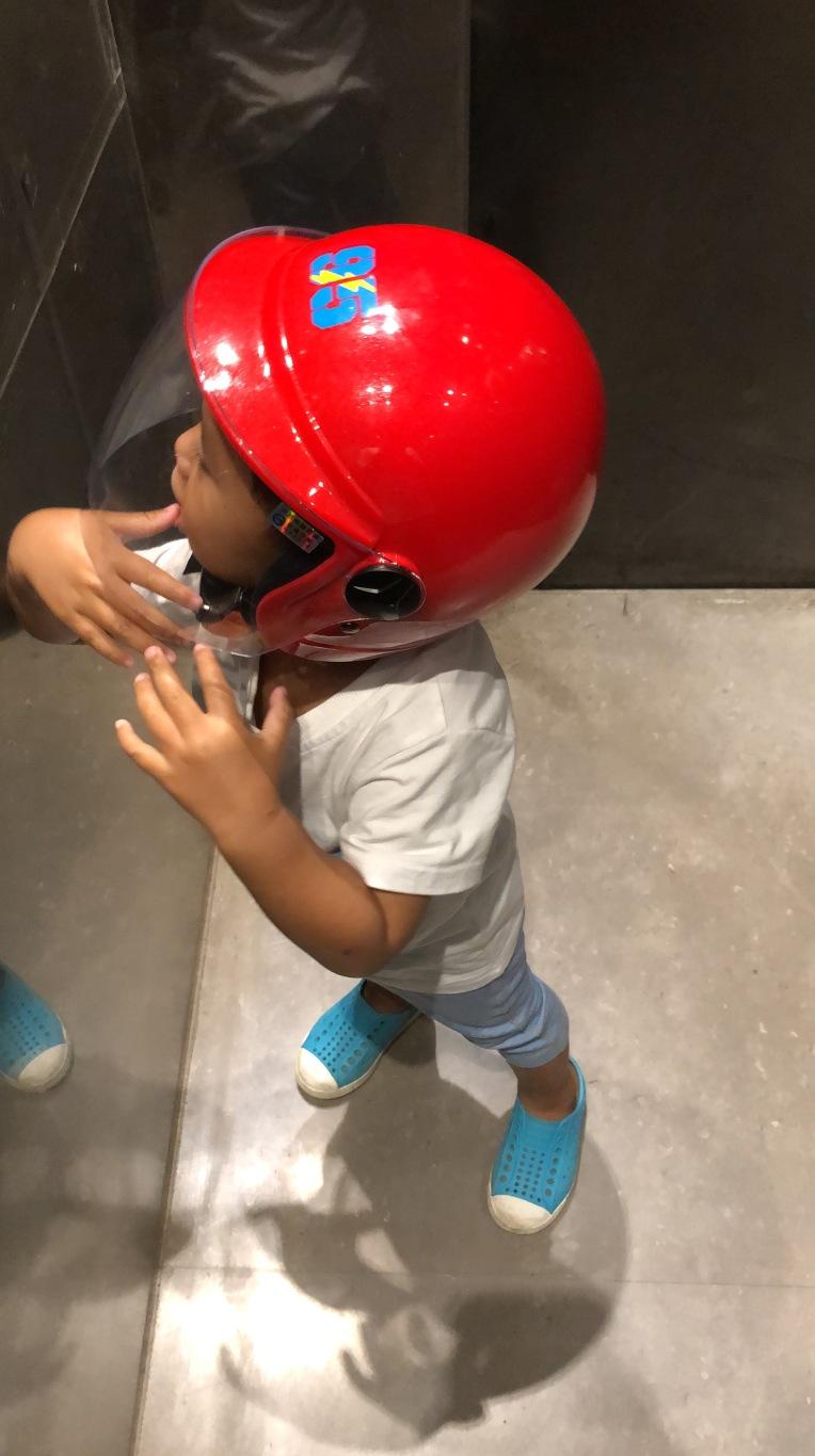 好愛閃電麥坤的紅色安全帽