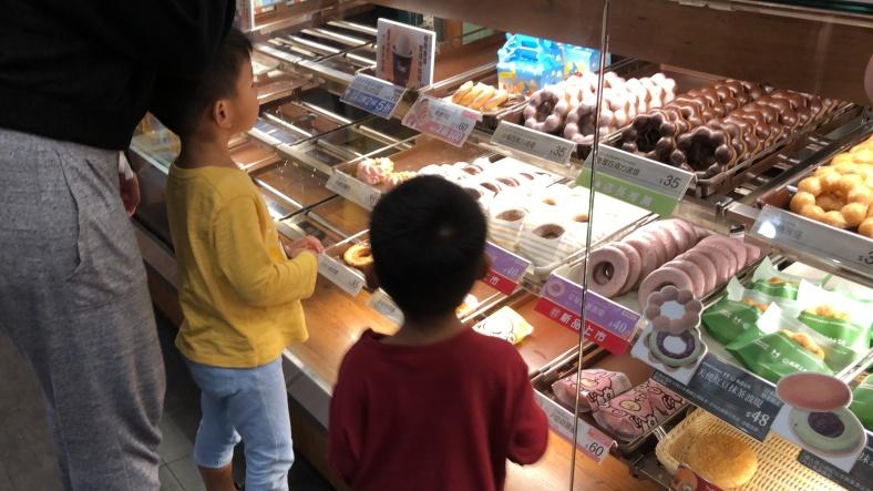 挑選甜甜圈